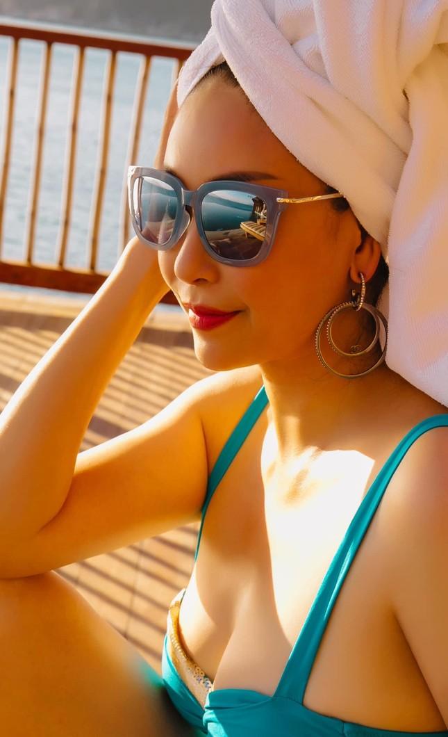 Tiểu Vy mặc áo corset trễ nải nóng bỏng, Hà Kiều Anh diện áo tắm sexy 'đỉnh cao' ở tuổi 45 ảnh 5