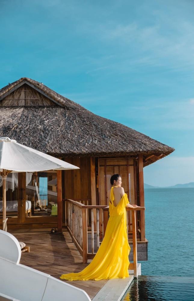 Hà Kiều Anh diện váy vàng rực khoe trọn lưng trần, đẹp như 'nữ thần' trên biển ảnh 11