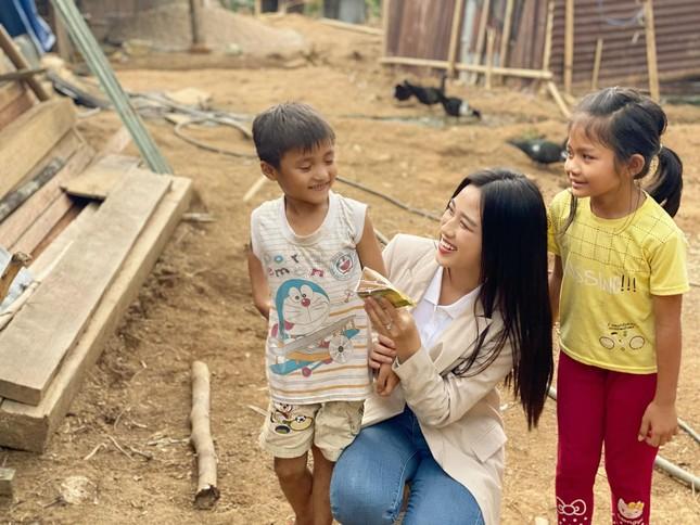 Hoa hậu Đỗ Thị Hà trèo đèo lội suối đi khảo sát dự án Nhân ái cho Miss World ảnh 2
