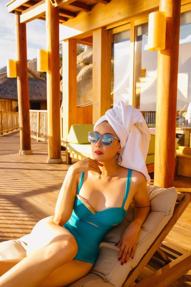 Tiểu Vy mặc áo corset trễ nải nóng bỏng, Hà Kiều Anh diện áo tắm sexy 'đỉnh cao' ở tuổi 45 ảnh 4