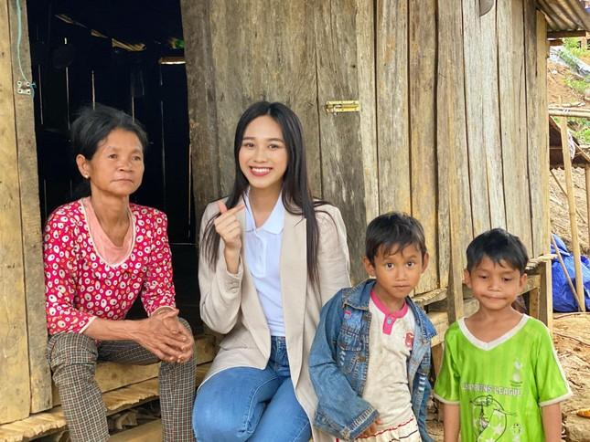 Hoa hậu Đỗ Thị Hà trèo đèo lội suối đi khảo sát dự án Nhân ái cho Miss World ảnh 1