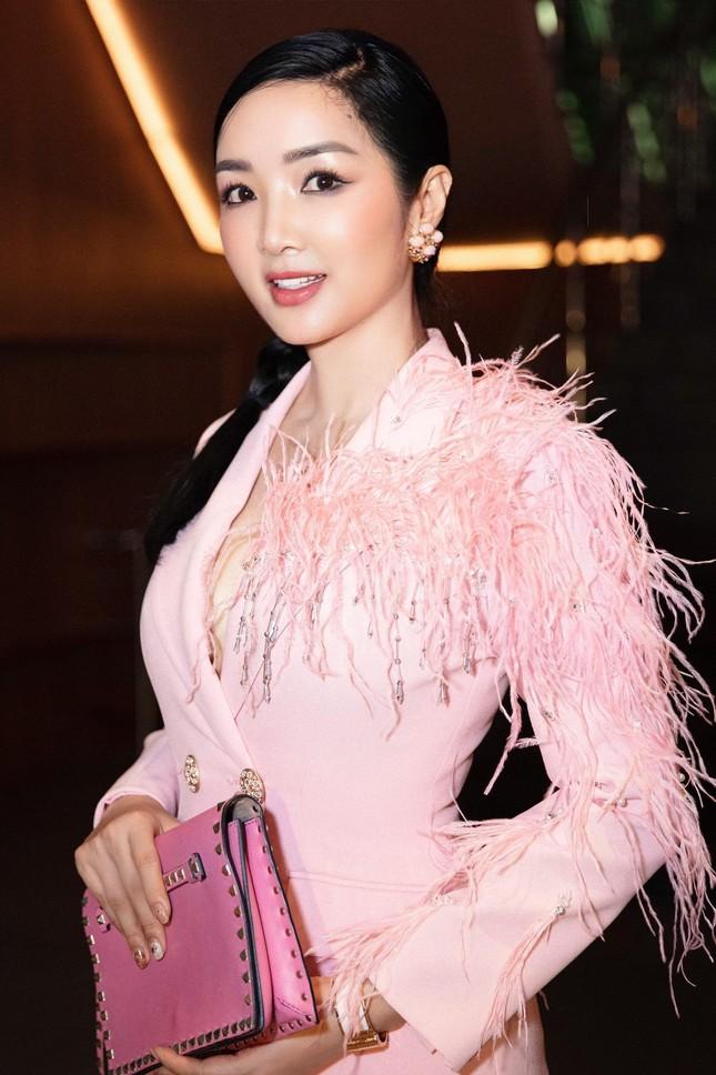 Tiểu Vy mặc áo corset trễ nải nóng bỏng, Hà Kiều Anh diện áo tắm sexy 'đỉnh cao' ở tuổi 45 ảnh 16