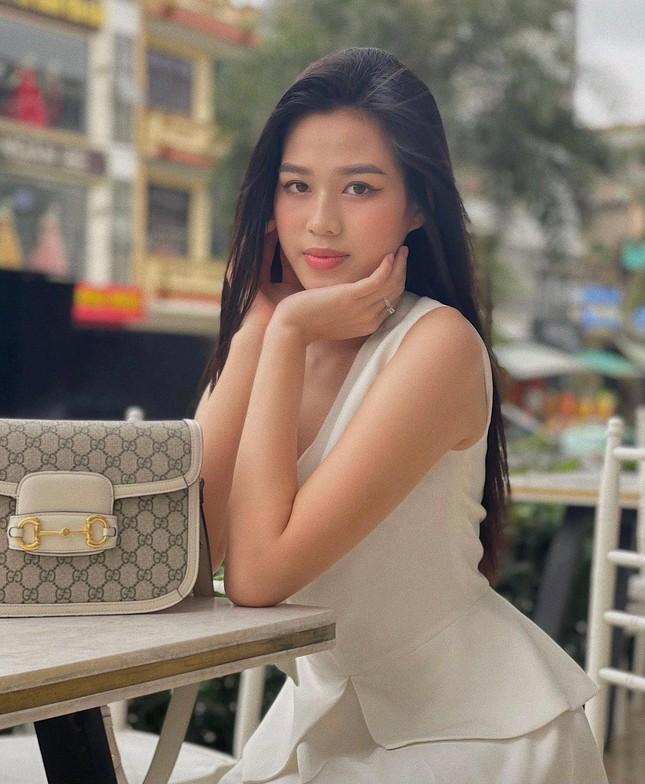 Tiểu Vy mặc áo corset trễ nải nóng bỏng, Hà Kiều Anh diện áo tắm sexy 'đỉnh cao' ở tuổi 45 ảnh 6