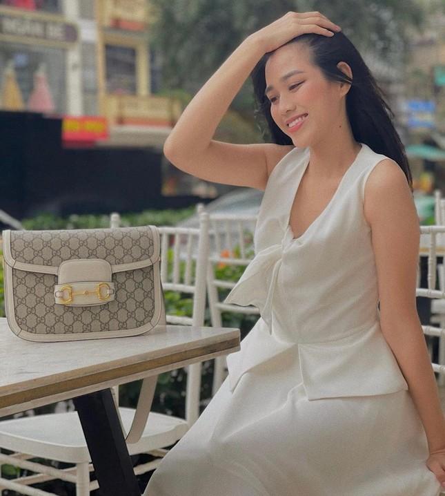 Tiểu Vy mặc áo corset trễ nải nóng bỏng, Hà Kiều Anh diện áo tắm sexy 'đỉnh cao' ở tuổi 45 ảnh 7