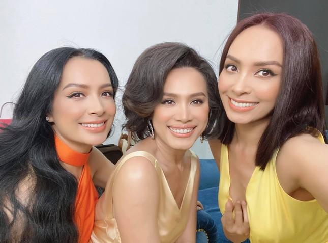 Hoa hậu Ngọc Khánh rạng rỡ đọ sắc cùng chị em Thúy Hằng-Thúy Hạnh, đẹp gợi cảm ở tuổi 45 ảnh 1