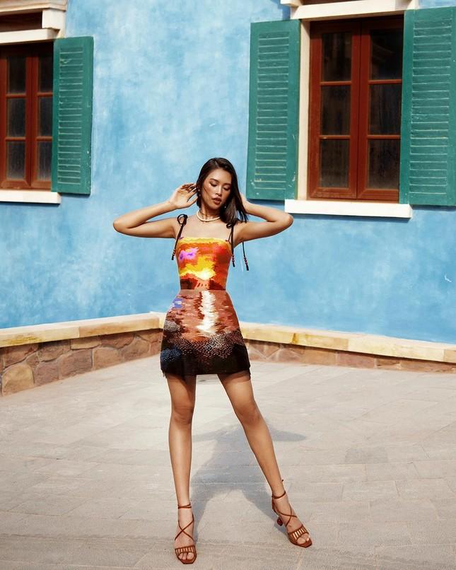 Hoa hậu Tiểu Vy khoe body hoàn hảo cùng làn da nâu gợi cảm trong bộ ảnh chào hè ảnh 2