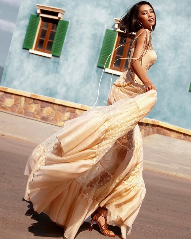 Hoa hậu Tiểu Vy khoe body hoàn hảo cùng làn da nâu gợi cảm trong bộ ảnh chào hè ảnh 4