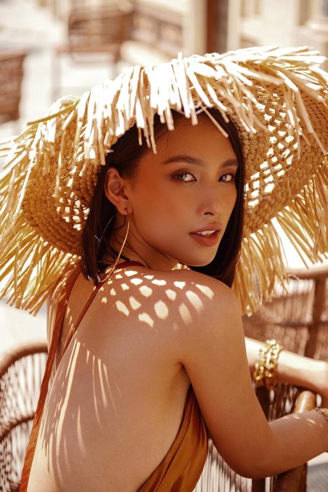 Hoa hậu Tiểu Vy khoe body hoàn hảo cùng làn da nâu gợi cảm trong bộ ảnh chào hè ảnh 7