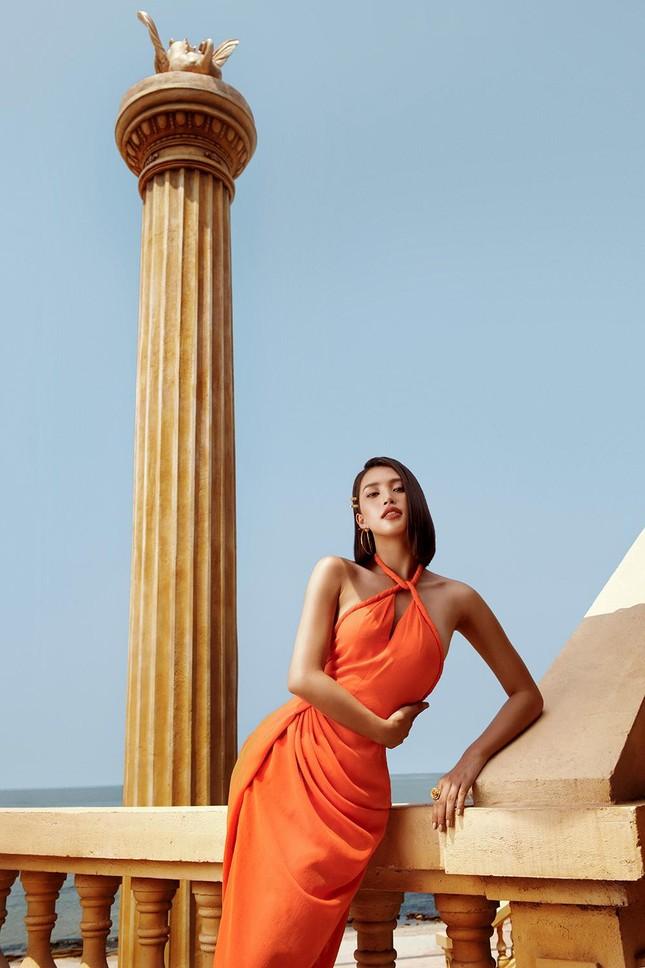 Hoa hậu Tiểu Vy khoe body hoàn hảo cùng làn da nâu gợi cảm trong bộ ảnh chào hè ảnh 9