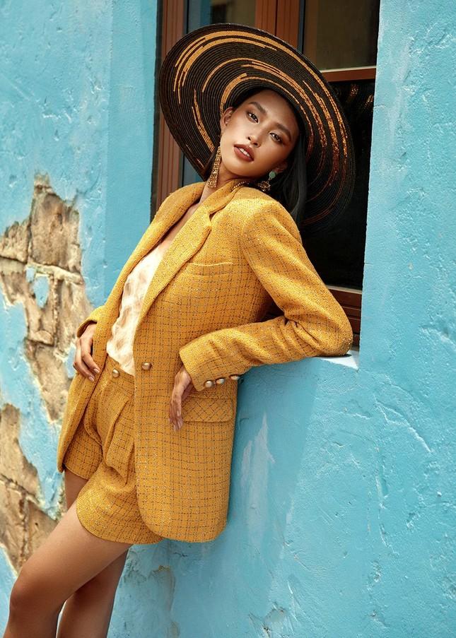 Hoa hậu Tiểu Vy khoe body hoàn hảo cùng làn da nâu gợi cảm trong bộ ảnh chào hè ảnh 13