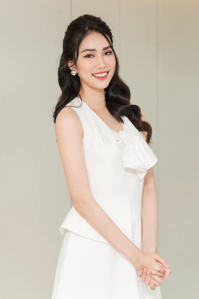 Á hậu Phương Anh đẹp tinh khôi với váy trắng, Mâu Thuỷ mặc áo tắm nóng bỏng hoá 'nữ thần' ảnh 2