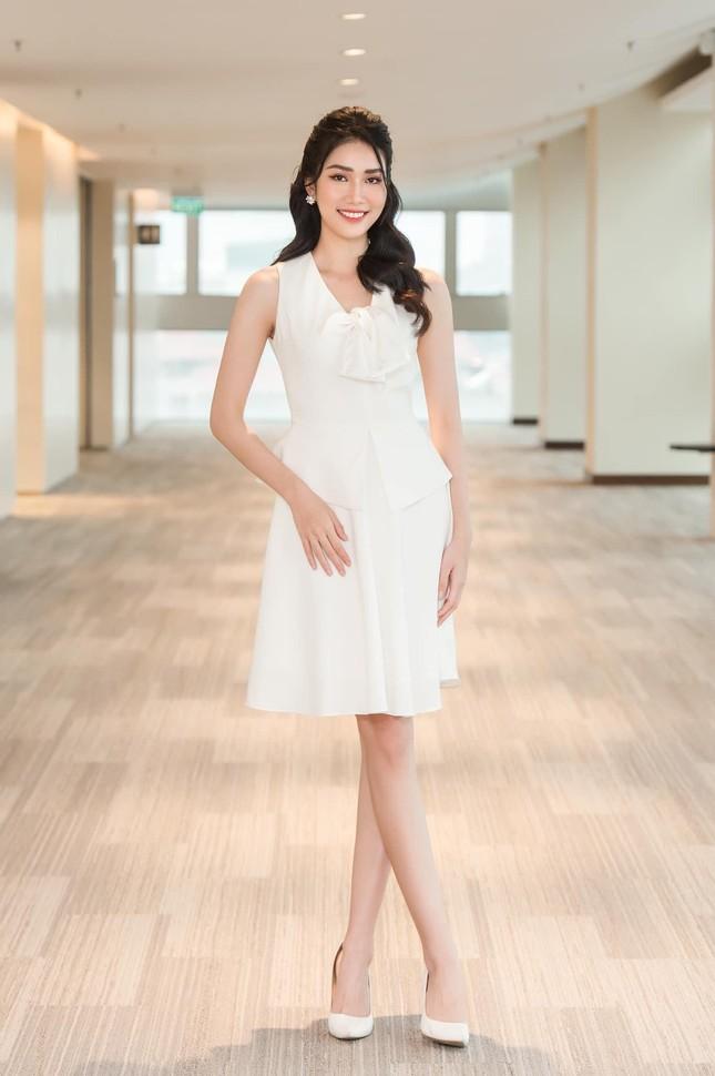 Á hậu Phương Anh đẹp tinh khôi với váy trắng, Mâu Thuỷ mặc áo tắm nóng bỏng hoá 'nữ thần' ảnh 1