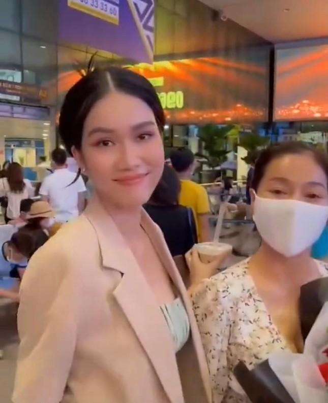 Á hậu Ngọc Thảo kết thúc cách ly, được Á hậu Phương Anh ra sân bay đón khi trở về TP. HCM ảnh 3