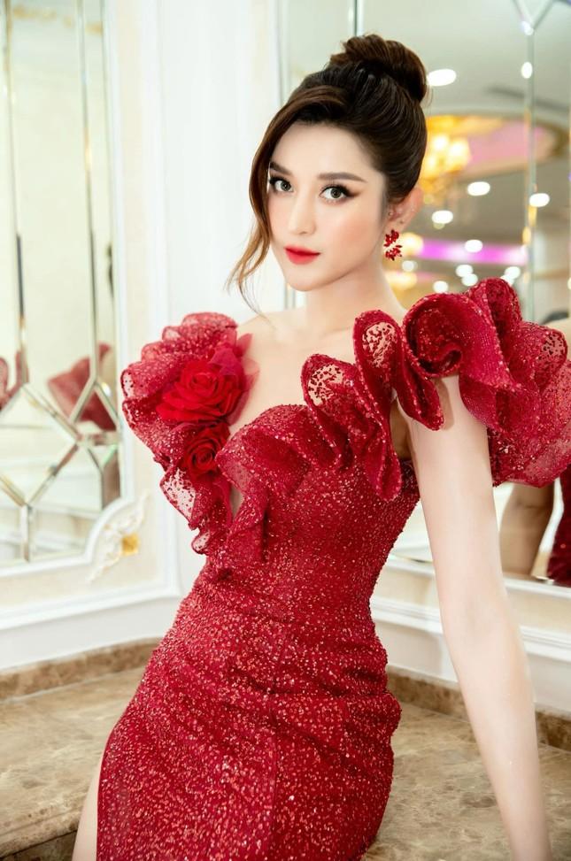 Á hậu Thùy Dung đẹp như công chúa với váy hoa, Huyền My diện váy dạ hội đỏ rực cắt xẻ sexy ảnh 4