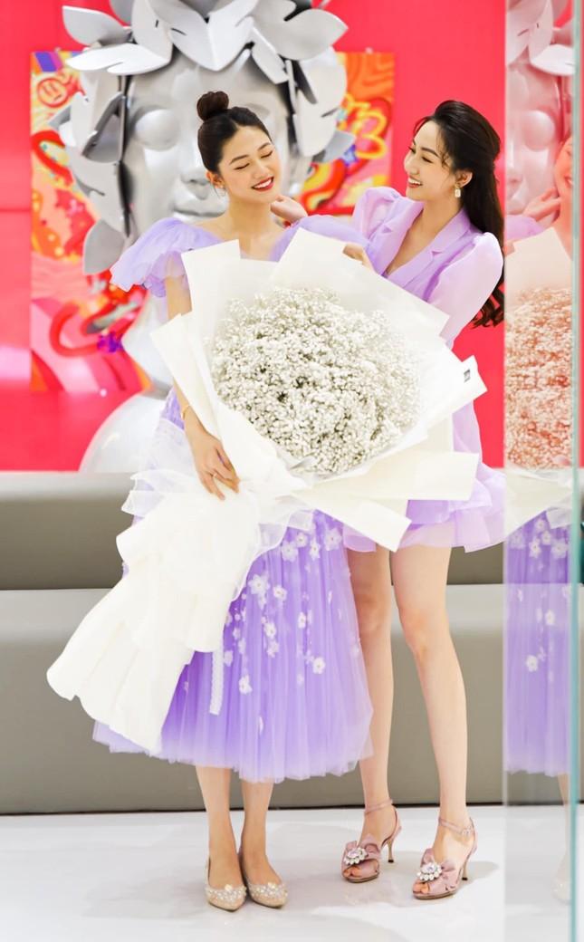 Á hậu Thùy Dung đẹp như công chúa với váy hoa, Huyền My diện váy dạ hội đỏ rực cắt xẻ sexy ảnh 8