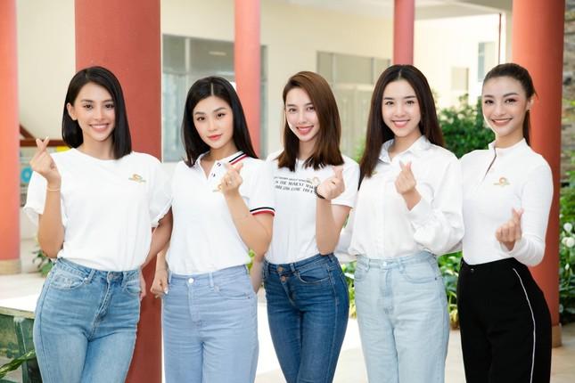 Kỳ Duyên khoe eo 'con kiến', Jennifer Phạm đẹp gợi cảm với váy lệch vai ảnh 6