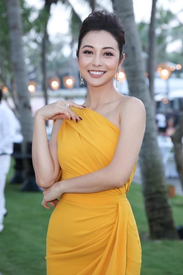 Kỳ Duyên khoe eo 'con kiến', Jennifer Phạm đẹp gợi cảm với váy lệch vai ảnh 3
