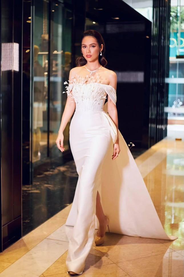 Á hậu Hoàng My diện váy lông vũ trắng đẹp tựa 'thiên nga', đọ sắc Hoa hậu Khánh Vân ảnh 1