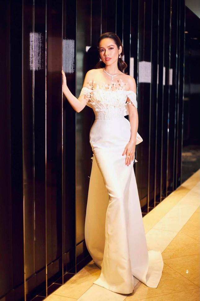 Á hậu Hoàng My diện váy lông vũ trắng đẹp tựa 'thiên nga', đọ sắc Hoa hậu Khánh Vân ảnh 10