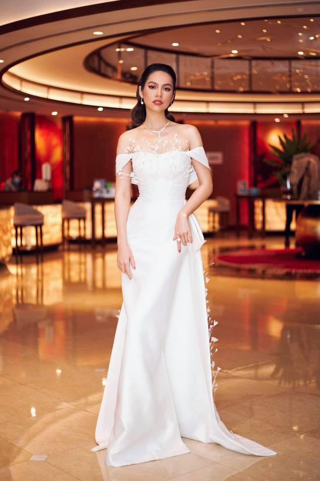 Á hậu Hoàng My diện váy lông vũ trắng đẹp tựa 'thiên nga', đọ sắc Hoa hậu Khánh Vân ảnh 2
