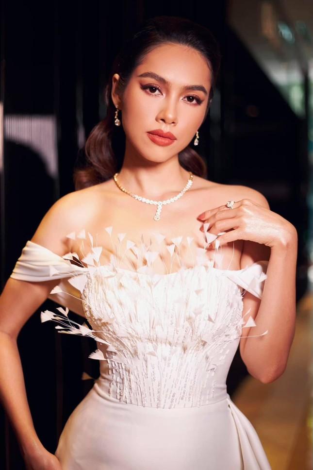 Á hậu Hoàng My diện váy lông vũ trắng đẹp tựa 'thiên nga', đọ sắc Hoa hậu Khánh Vân ảnh 3