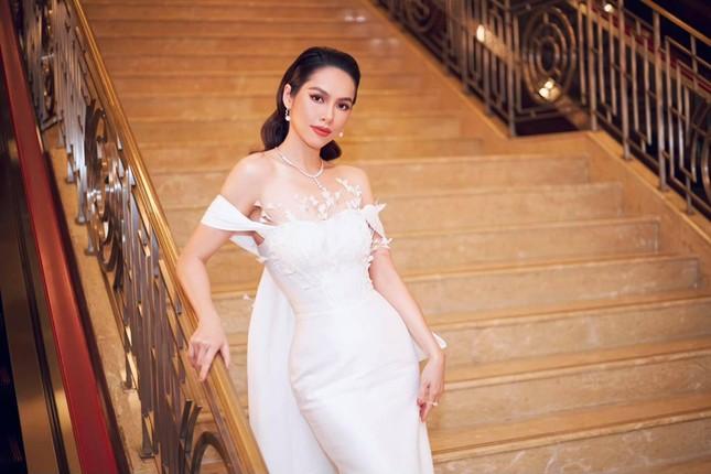Á hậu Hoàng My diện váy lông vũ trắng đẹp tựa 'thiên nga', đọ sắc Hoa hậu Khánh Vân ảnh 4