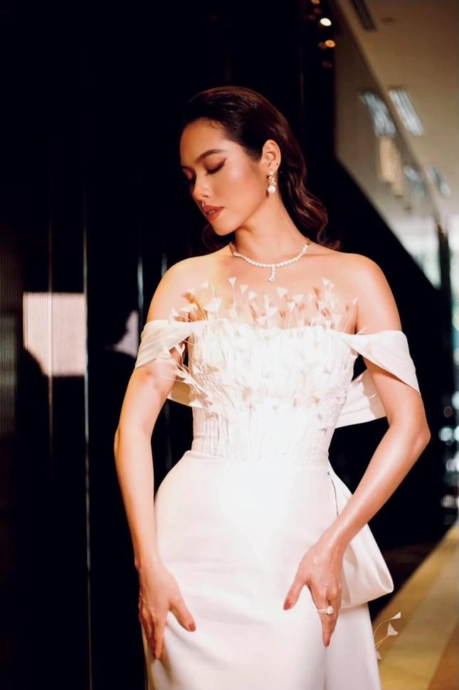 Á hậu Hoàng My diện váy lông vũ trắng đẹp tựa 'thiên nga', đọ sắc Hoa hậu Khánh Vân ảnh 7