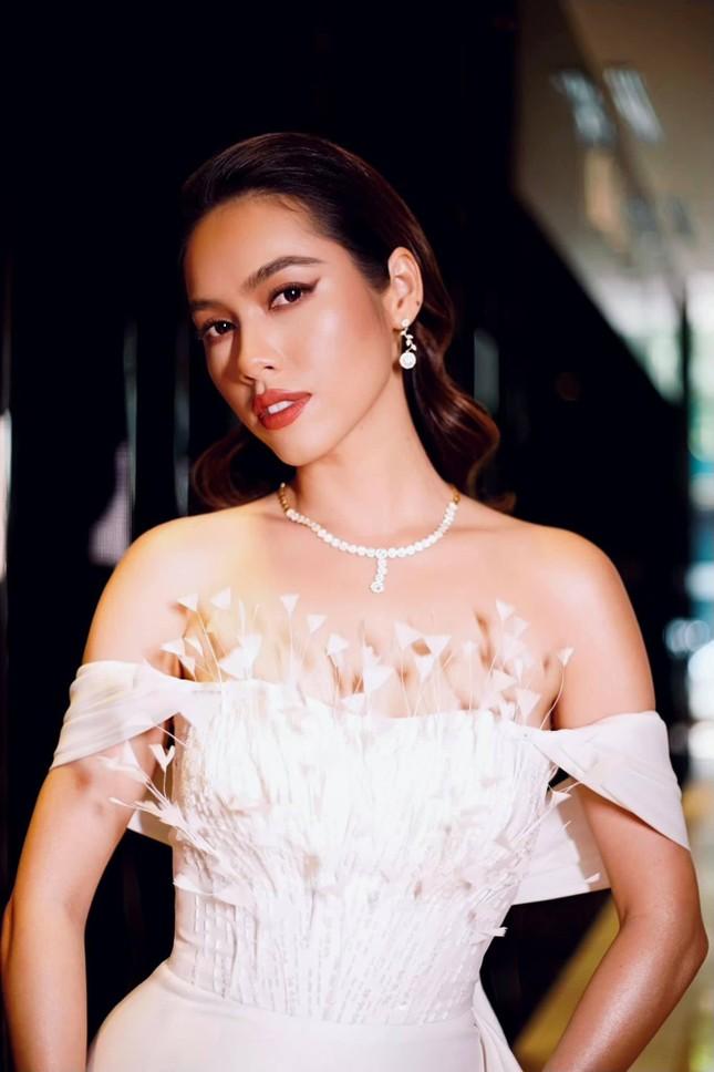 Á hậu Hoàng My diện váy lông vũ trắng đẹp tựa 'thiên nga', đọ sắc Hoa hậu Khánh Vân ảnh 8
