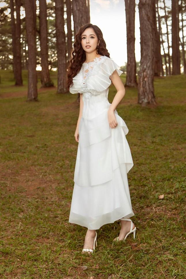 Mai Phương Thúy mặc váy xuyên thấu, đẹp trong veo tựa 'nàng thơ' ở Đà Lạt ảnh 1