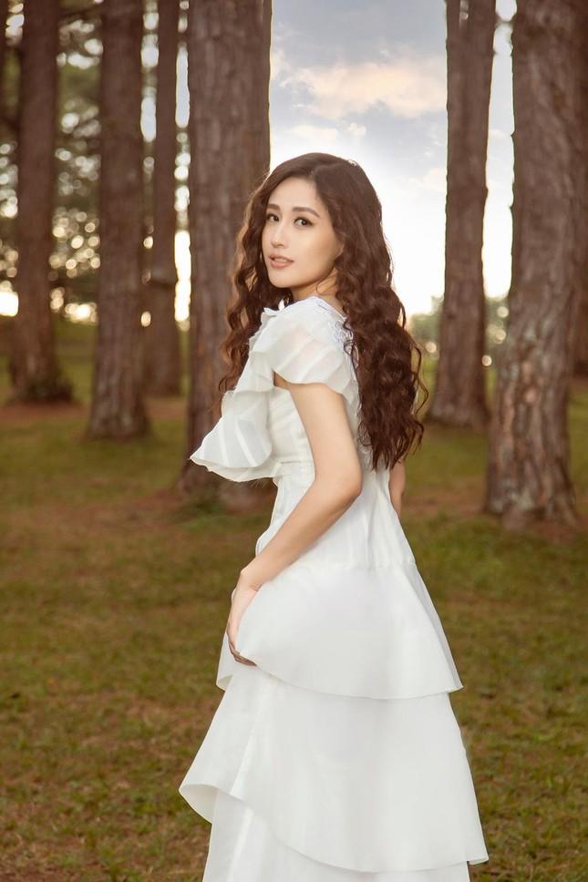 Mai Phương Thúy mặc váy xuyên thấu, đẹp trong veo tựa 'nàng thơ' ở Đà Lạt ảnh 2