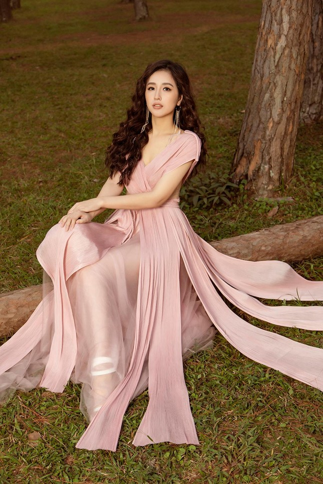 Mai Phương Thúy mặc váy xuyên thấu, đẹp trong veo tựa 'nàng thơ' ở Đà Lạt ảnh 14