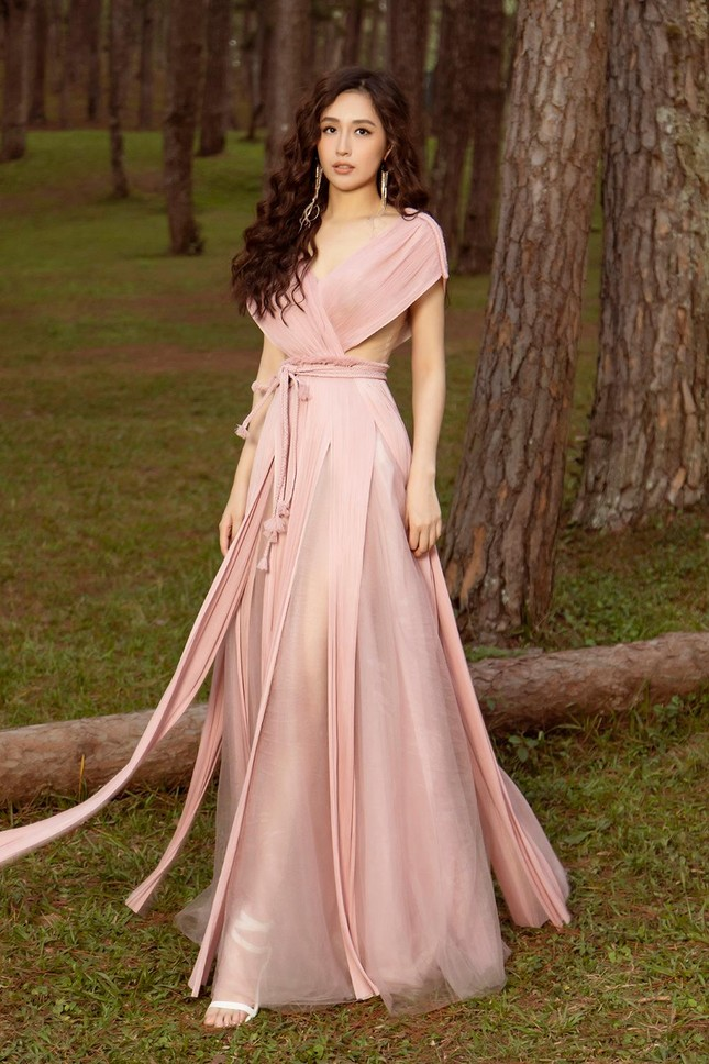 Mai Phương Thúy mặc váy xuyên thấu, đẹp trong veo tựa 'nàng thơ' ở Đà Lạt ảnh 13