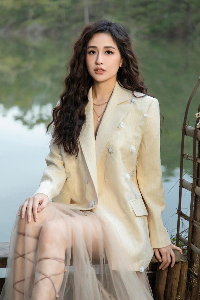 Mai Phương Thúy mặc váy xuyên thấu, đẹp trong veo tựa 'nàng thơ' ở Đà Lạt ảnh 11