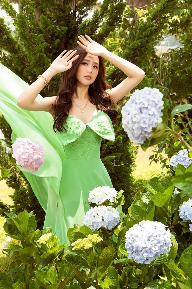 Mai Phương Thúy mặc váy xuyên thấu, đẹp trong veo tựa 'nàng thơ' ở Đà Lạt ảnh 9