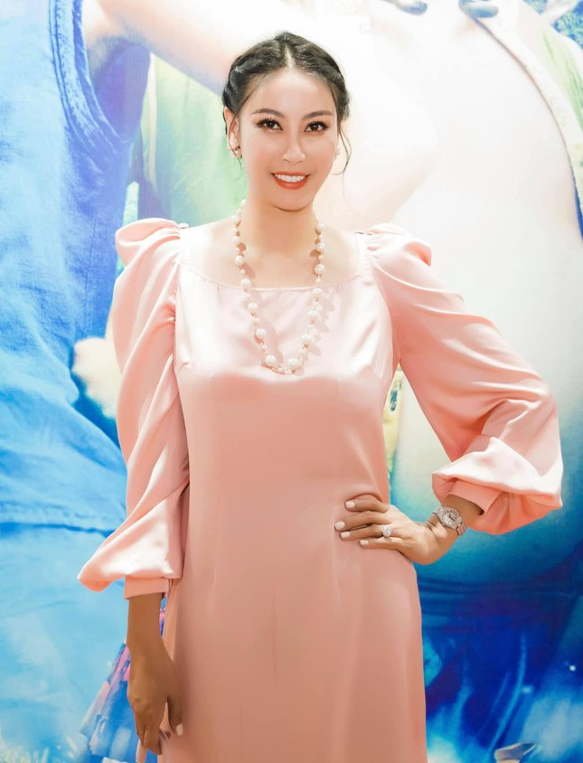 Mai Phương Thuý khoe eo 'con kiến' sexy, Khánh Vân diện váy xẻ khoe vòng một nóng bỏng ảnh 9
