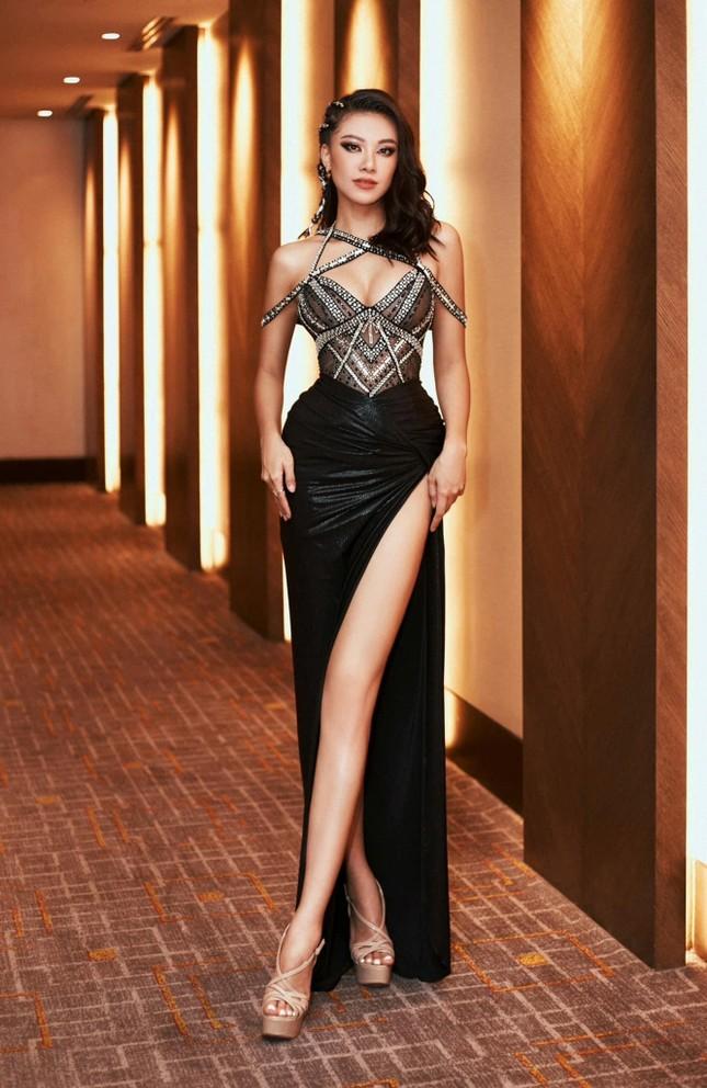 Mai Phương Thuý khoe eo 'con kiến' sexy, Khánh Vân diện váy xẻ khoe vòng một nóng bỏng ảnh 12