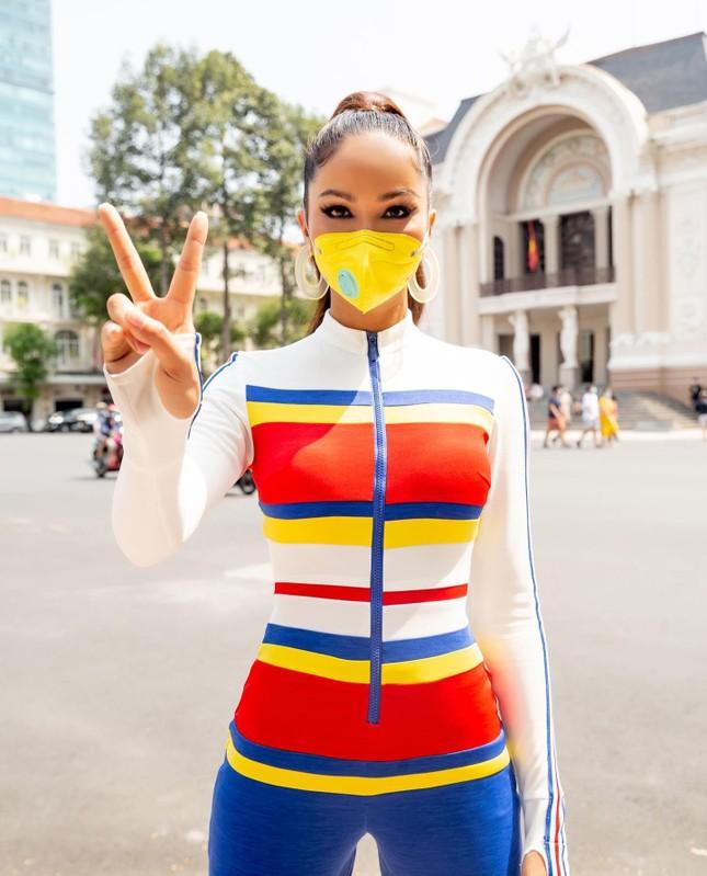 H'Hen Niê diện jumpsuit lục sắc cực nóng bỏng, cổ vũ đua xe đạp trong ngày lễ 30/4 ảnh 4