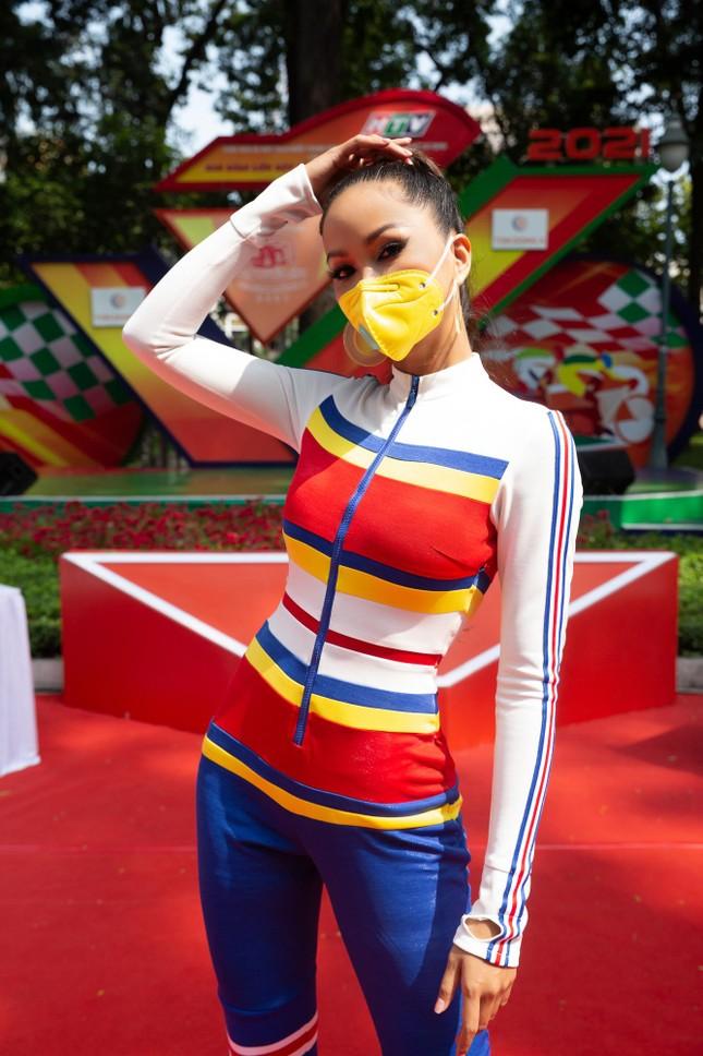 H'Hen Niê diện jumpsuit lục sắc cực nóng bỏng, cổ vũ đua xe đạp trong ngày lễ 30/4 ảnh 6