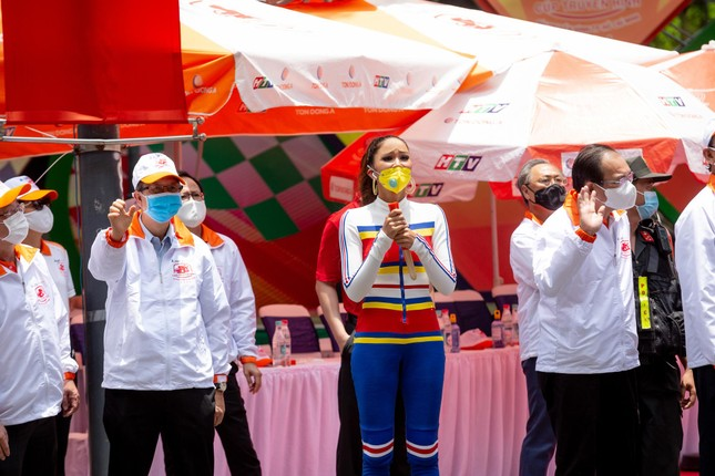 H'Hen Niê diện jumpsuit lục sắc cực nóng bỏng, cổ vũ đua xe đạp trong ngày lễ 30/4 ảnh 10