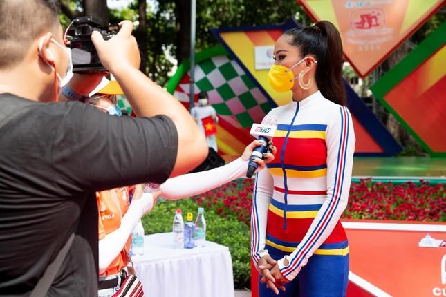 H'Hen Niê diện jumpsuit lục sắc cực nóng bỏng, cổ vũ đua xe đạp trong ngày lễ 30/4 ảnh 8