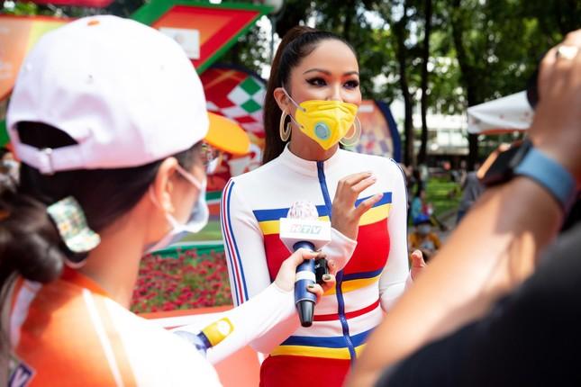 H'Hen Niê diện jumpsuit lục sắc cực nóng bỏng, cổ vũ đua xe đạp trong ngày lễ 30/4 ảnh 9