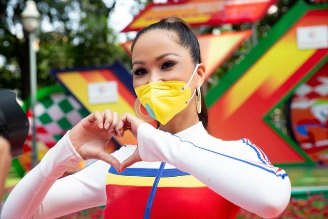 H'Hen Niê diện jumpsuit lục sắc cực nóng bỏng, cổ vũ đua xe đạp trong ngày lễ 30/4 ảnh 7