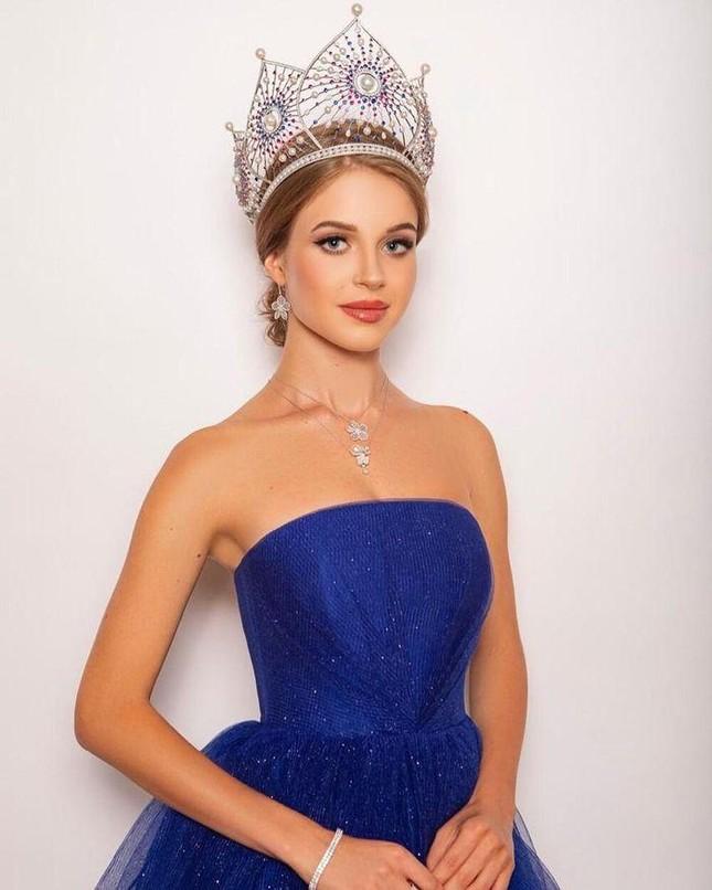 Sau sự cố 'vạ miệng', Hoa hậu Nga đội tóc giả như búp bê khi sang Mỹ thi Miss Universe ảnh 3