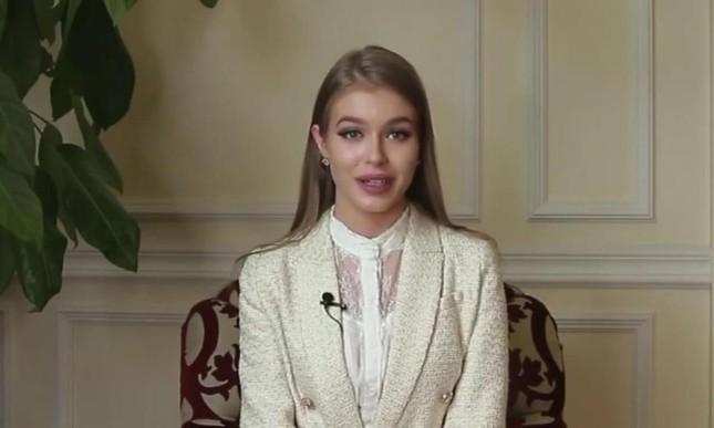Sau sự cố 'vạ miệng', Hoa hậu Nga đội tóc giả như búp bê khi sang Mỹ thi Miss Universe ảnh 4
