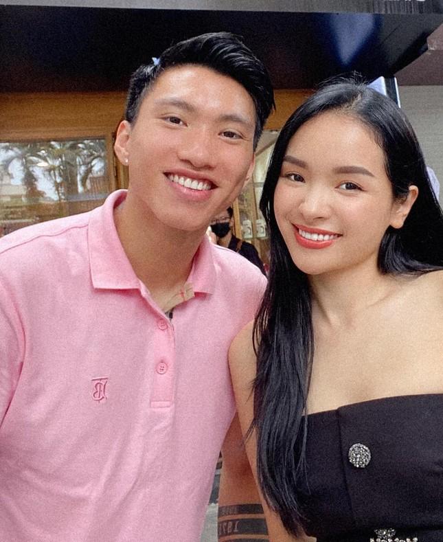 Người đẹp tài năng Doãn Hải My khoe vai trần gợi cảm, dự sự kiện cùng Đoàn Văn Hậu ảnh 3
