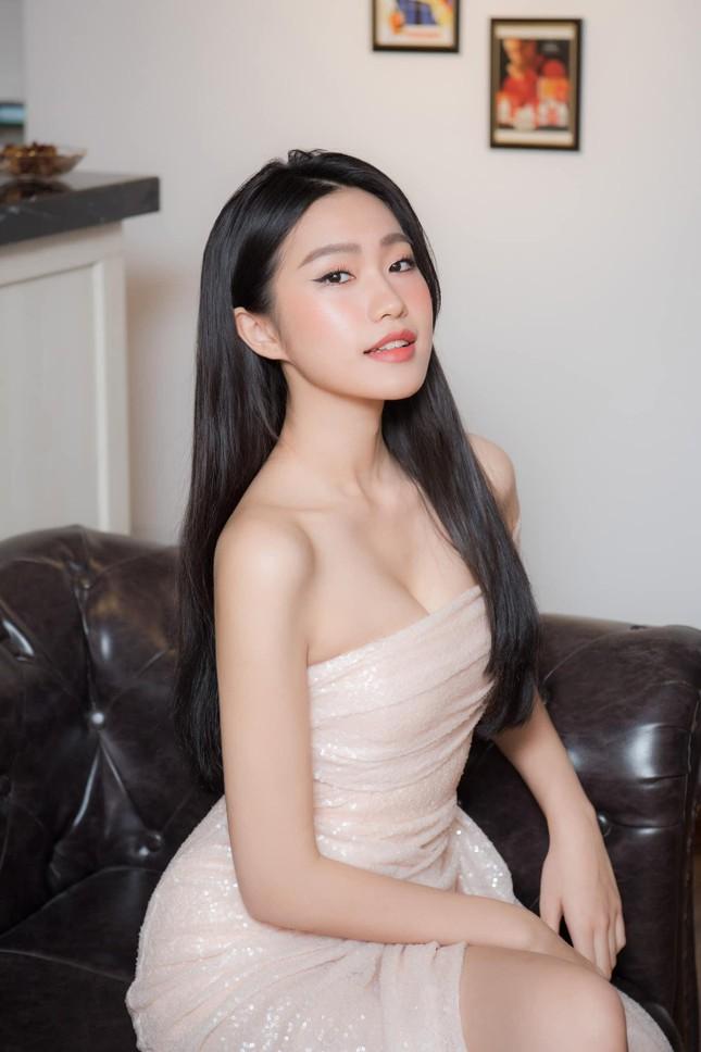 Người đẹp tài năng Doãn Hải My khoe vai trần gợi cảm, dự sự kiện cùng Đoàn Văn Hậu ảnh 1