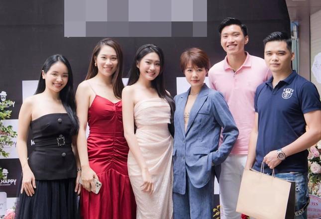 Người đẹp tài năng Doãn Hải My khoe vai trần gợi cảm, dự sự kiện cùng Đoàn Văn Hậu ảnh 4