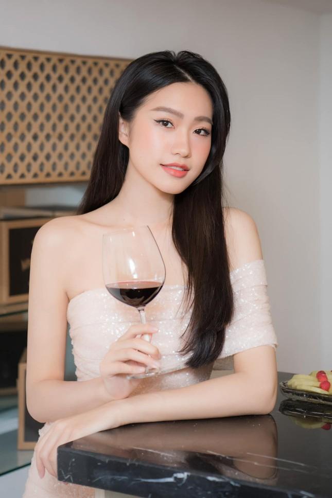 Người đẹp tài năng Doãn Hải My khoe vai trần gợi cảm, dự sự kiện cùng Đoàn Văn Hậu ảnh 2