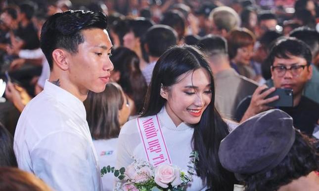 Người đẹp tài năng Doãn Hải My khoe vai trần gợi cảm, dự sự kiện cùng Đoàn Văn Hậu ảnh 5