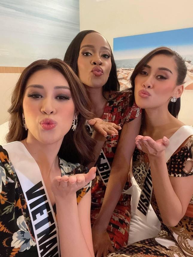 Khánh Vân tặng đồ bộ Việt Nam cho thí sinh Miss Universe ảnh 8